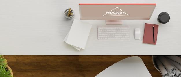 Vista superior do espaço de trabalho simples com computador estacionário e outras coisas na mesa de madeira branca