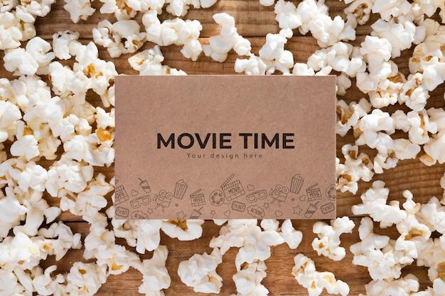 Vista superior do filme tempo com conceito de pipoca