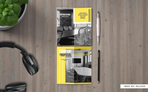 Vista superior do folheto bifold e maquetes do catálogo