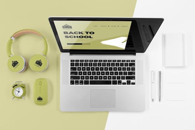 Vista superior do laptop de volta às aulas com fones de ouvido