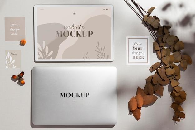 Vista superior do laptop fechado com maquete com folhas
