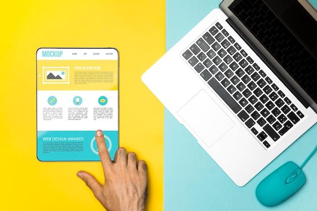 Vista superior do laptop, mouse e tablet