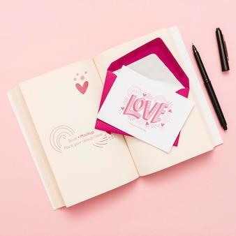 Vista superior do livro aberto com envelope e cartão