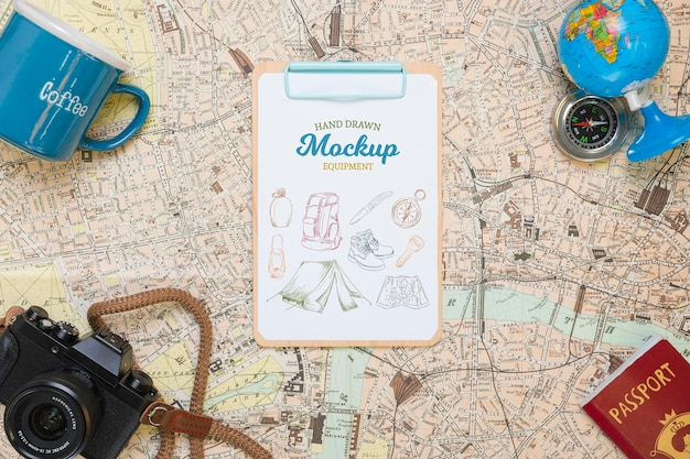 Vista superior do mapa com maquetes essenciais de viagem