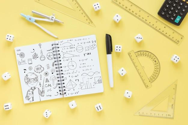 Vista superior do notebook com diferentes réguas e calculadora