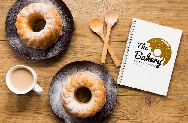 Vista superior do notebook com donuts e café