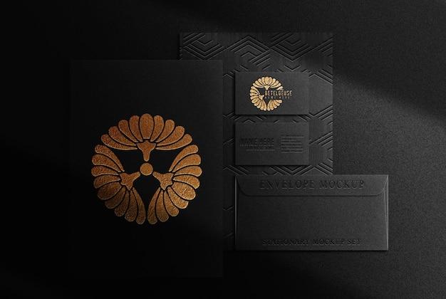 Vista superior do papel em relevo de luxo dourado e da maquete do cartão de visita