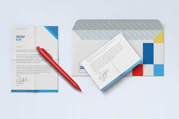 Vista superior do pôster a4 e maquete de envelope