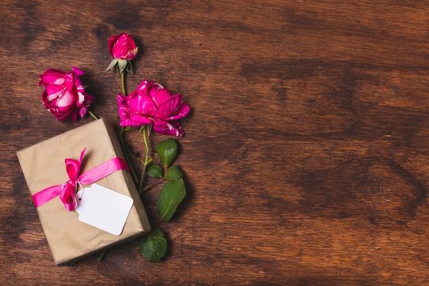 Vista superior do presente com rosas e espaço de cópia