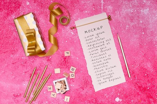 Vista superior do presente de aniversário com cartão e fita
