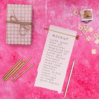 Vista superior do presente de aniversário com cartão