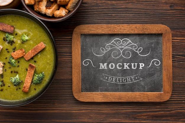Vista superior do quadro-negro com tigela de sopa