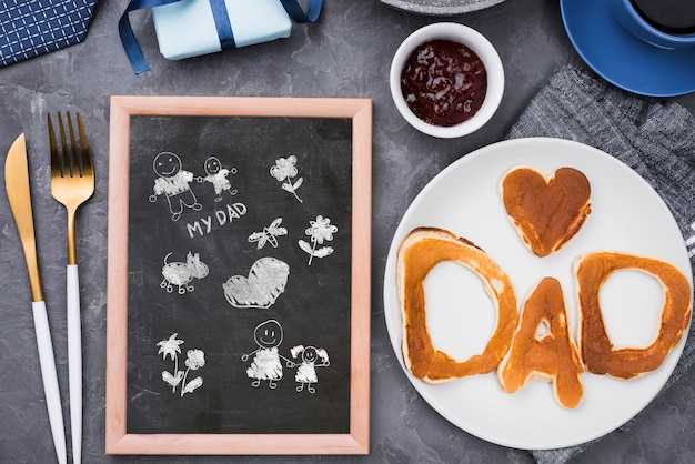 Vista superior do quadro-negro para o dia dos pais com panquecas e muffin