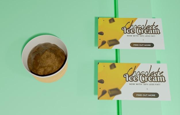 Vista superior do recipiente com sorvete de chocolate