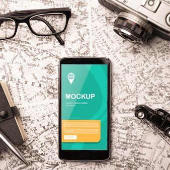 Vista superior do smartphone com óculos e câmera para viajar