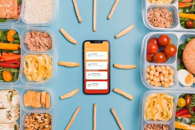 Vista superior do smartphone com refeições planejadas