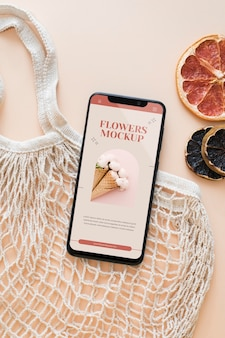Vista superior do smartphone e bolsa