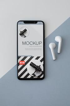 Vista superior do smartphone e fones de ouvido