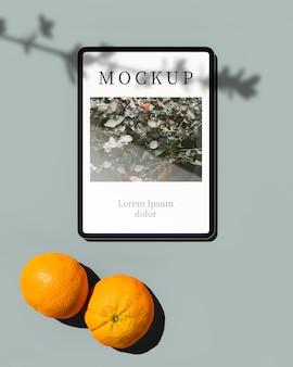 Vista superior do tablet com laranjas