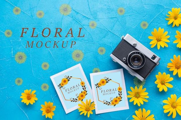 Vista superior dos cartões e da câmera com camomila amarela