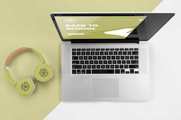 Vista superior dos fones de ouvido da volta às aulas com laptop