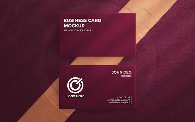 Vista superior em cartão de visita elegante com logotipo em relevo