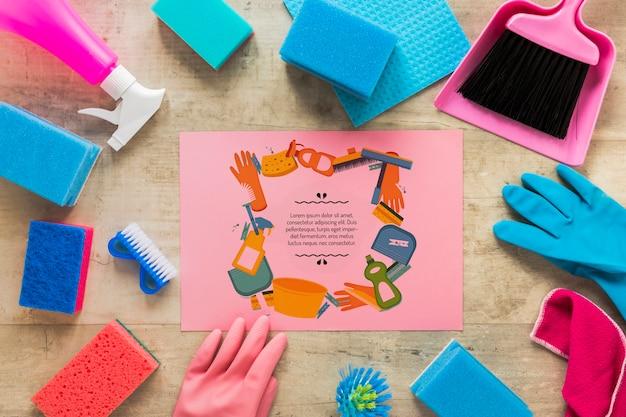 Vista superior, equipamento de serviço de limpeza com maquete de cartão rosa