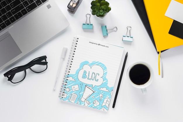 Vista superior laptop café e notebook