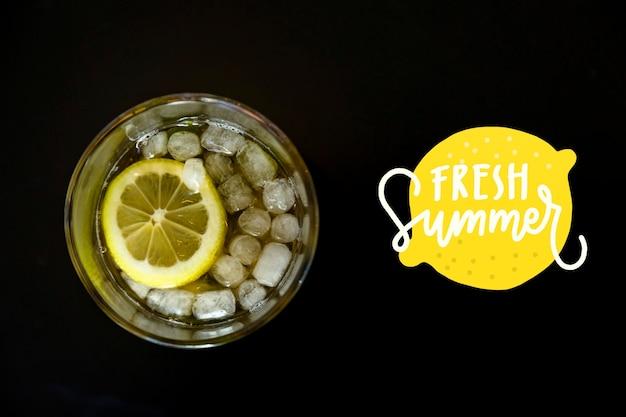 Vista superior limonada cheia de cubos de gelo