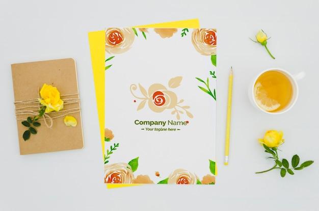 Vista superior linda maquete de papel com variedade floral