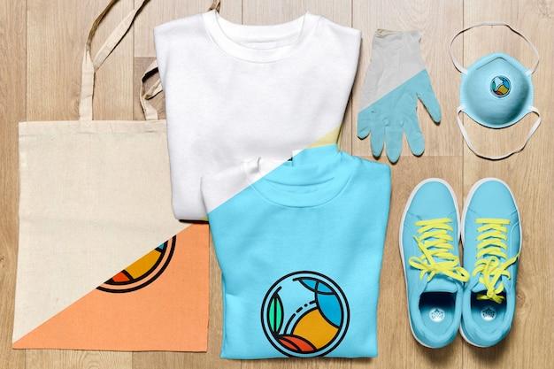 Vista superior mock-up hoodies dobrado com sapatos e bolsa