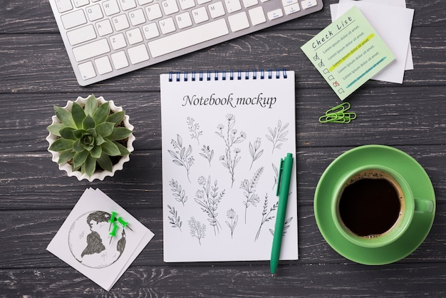 Vista superior mock-up notebook e artigos de papelaria perto de café e planta suculenta