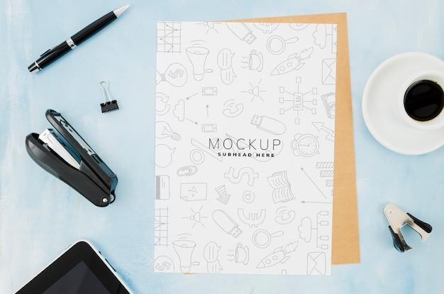 Vista superior modelo de papel de carta na mesa