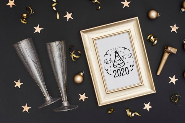 Vista superior moldura dourada com copos de champanhe