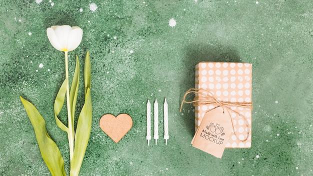Vista superior presente com tag e flor