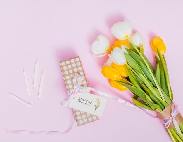 Vista superior presente de aniversário com flores