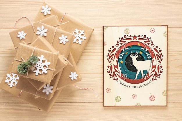 Vista superior presentes de natal com maquete