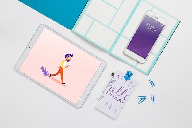 Vista superior tablet maquete com elementos de mesa