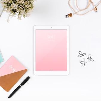 Vista superior tablet maquete no espaço de trabalho