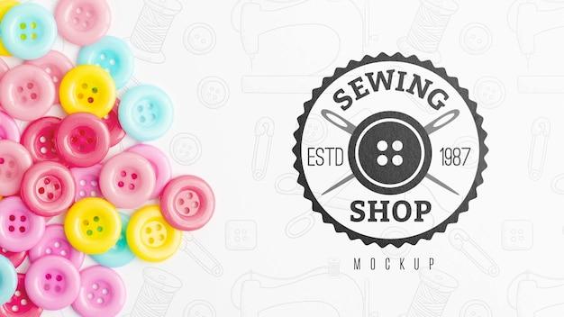 Vista superior variedade de botões de costura com maquete