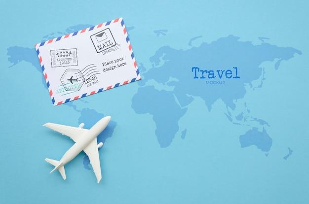 Vista superior viajando de avião com envelope