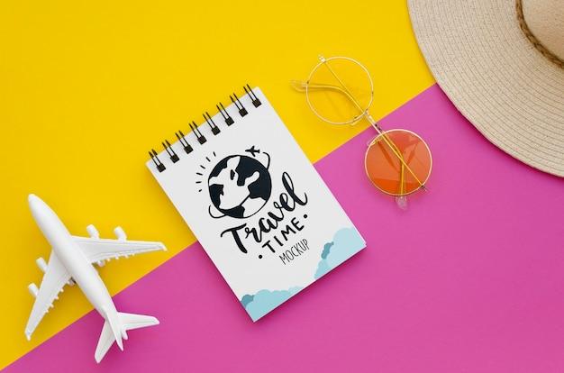 Vista superior viajar de avião e bloco de notas com letras