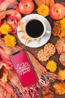 Vista superior xícara de café com folhas secas e frutas
