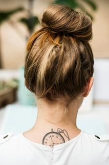 Vista traseira, de, mulher, com, tatuagem, ligado, dela, pescoço