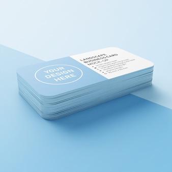 Vitrine editável de uma pilha de cartão de visita horizontal de 90 x 50 mm com cantos arredondados mock up modelo de design na vista em perspectiva inferior