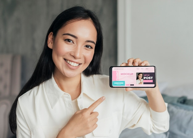 Vlogger de mulher segurando uma maquete de telefone
