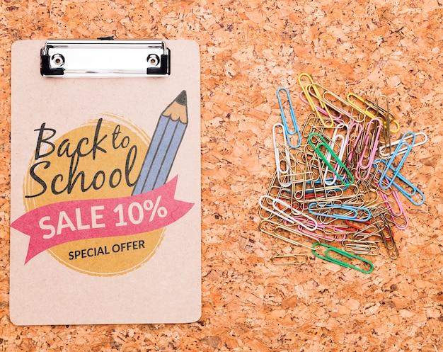 Voltar para a área de transferência da escola ao lado de clipes coloridos mock-up