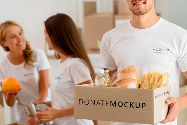 Voluntários preparando caixas de provisões para doação