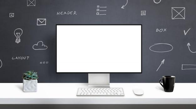 Web designer studio, maquete de exibição de computador. tela isolada para apresentação de design de aplicativo ou web site. mesa de escritório, vista frontal. web design elementos gráficos na parede