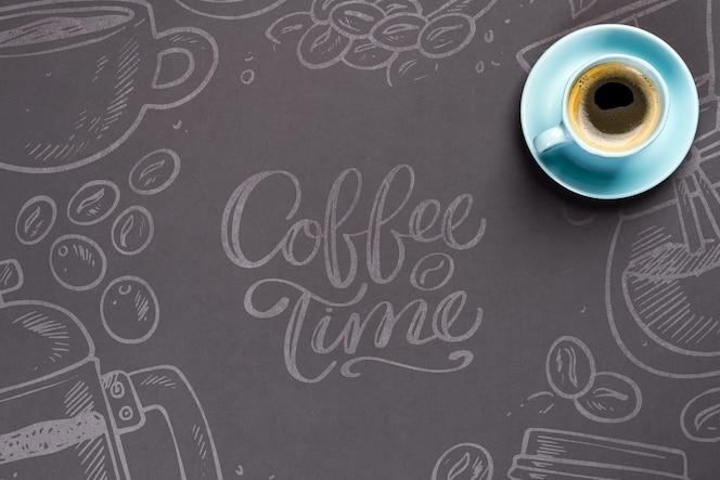 Xícara de café azul sobre o papel preto com espaço de cópia mockup